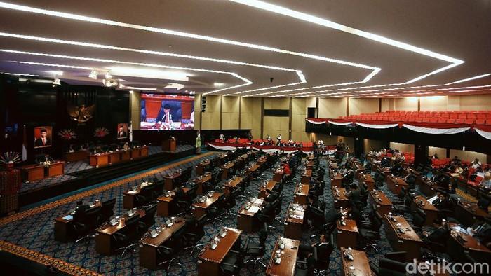 Gubernur DKI Anies Baswedan hadiri rapat paripurna yang digelar DPRD Provinsi DKI Jakarta. Sebelum rapat dimulai Anies sempat diperiksa suhu tubuhnya.