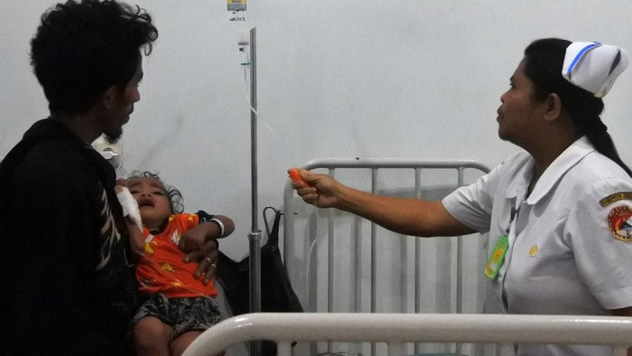 Sejumlah anak mendapat perawatan medis akibat terserang demam berdarah dengue (DBD) di RSUD TC Hillers, Maumere, Kabupaten Sikka, NTT, Rabu (11/3/2020). Sampai dengan Rabu (11/3) malam, jumlah kasus DBD di Kabupaten Sikka bertambah sebanyak 18 kasus menjadi 1.234 kasus dari hari sebelumnya 1.216 kasus dengan jumlah pasien yang dirawat mencapai 105 orang dan meninggal dunia mencapai 14 orang. ANTARA FOTO/Kornelis Kaha/wsj.