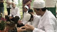 Isak Tangis Keluarga Antar Rama Aiphama ke Pemakaman