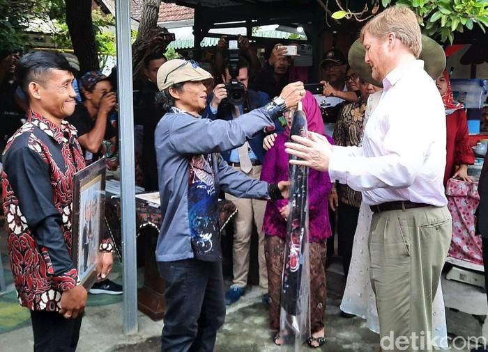 Raja Belanda Willem Alexander dan Ratu Maxima berkunjung ke Kampung Cyber, Yogyakarta. Raja Belanda Willem Alexander sempat berbelanja batik di sana.