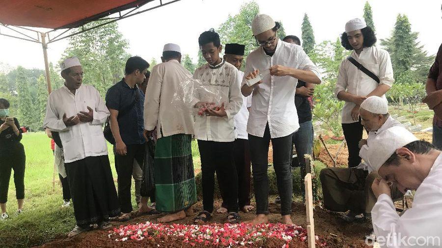 Suasana rumah duka dan pemakaman Rama Aiphama.