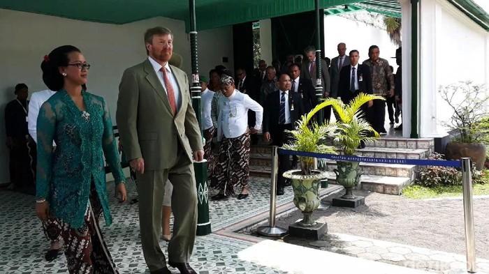 Raja Willem Alexander bersama Ratu Maxima dari Belanda mengunjungi Keraton Ngayogyakarta Hadiningrat, Rabu (11/3/2020). Setibanya di Keraton Yogya, Raja dan Ratu Belanda disambut Raja Ngayogyakarta Hadiningrat, Sri Sultan Hamengku Buwono (HB) X beserta keluarga.