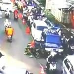 Terlalu! Pemotor Nekat Lawan Arus Sampai Seret Traffic Cone