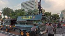 Buruh Tak Jadi Demo Tolak Omnibus Law di Grahadi, Polisi Bersihkan Kawat Berduri