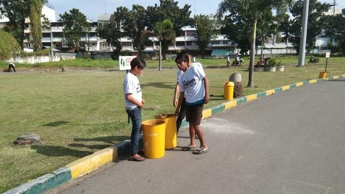 Preman yang dihukum bersih-bersih lingkungan di Medan (Dok. Istimewa)