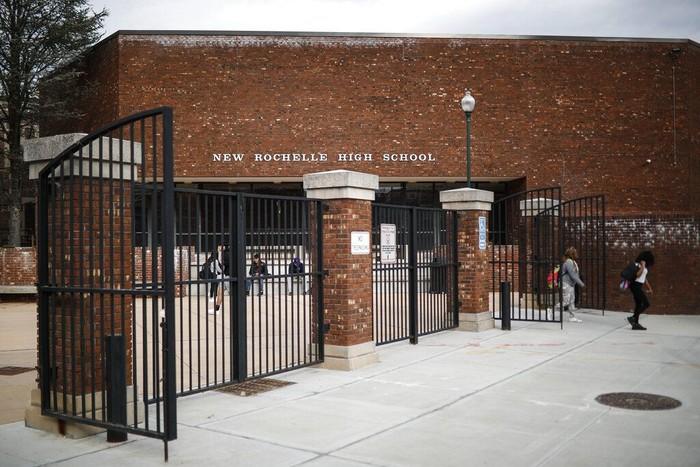 Kawasan New York, AS, turut terdampak virus corona. Beragam aktivitas perkantoran hingga sekolah ditutup sementara guna cegah penyebaran COVID-19.