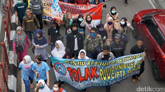 Massa buruh dan mahasiswa di Kota Cimahi  berdemo menolak RUU Omnibus Law. Mereka sempat memblokade Jalan Amir Machmud.