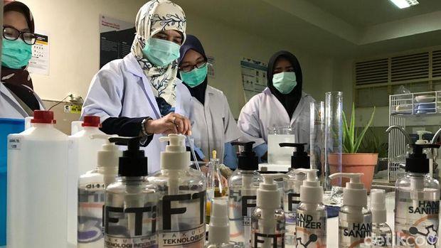 Mahasiswa Fakultas Teknologi Industri Universitas Muslim Indonesia (UMI) Makassar membuat hand sanitizer sendiri.