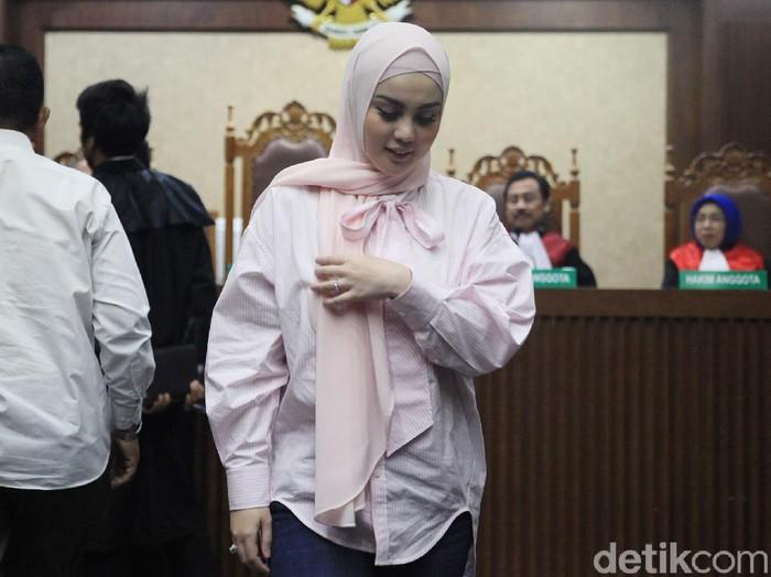 Artis Jennifer Dunn menjadi saksi dalam kasus korupsi Tubagus Chaeri Wardana alias Wawan. Jennifer duduk sebagai saksi bersama empat orang lainnya.