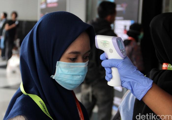 Langkah preventif pencegahan virus corona juga dilakukan bagi para pengunjung Indofest 2020. Para pengunjung diperiksa suhu tubuhnya terlebih dahulu.