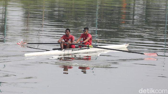 Sejumlah atlet dayung DKI Jakarta berlatih di kawasan Kanal Banjir Timur. Latihan itu digelar sebagai persiapan jelang PON 2020 di Papua.