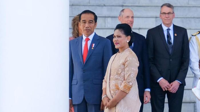 Presiden Joko Widodo (Jokowi) menghadiahi istrinya Iriana Jokowi satu buah durian di hari ulang tahun sang ibu negara. Durian tersebut Jokowi beli dengan harga yang mahal.