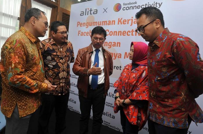 Menkominfo Johnny G. Plate menyaksikan simbolis kerjasama pembangunan jaringan fiber optic sepanjang 3.000 km di Jakarta, Kamis (12/3/2020)