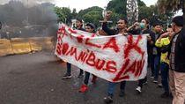 Tolak RUU Omnibus Law, Mahasiswa Aksi Bakar Ban di Depan Istana