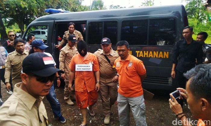 Polres Tasikmalaya Kota menggelar rekontruksi kasus pembunuhan Delis Sulistina (13) siswi SMPN 6 Tasikmalaya yang dibunuh oleh ayah kandung, BR (45), Kamis (12/3/2020) siang.
