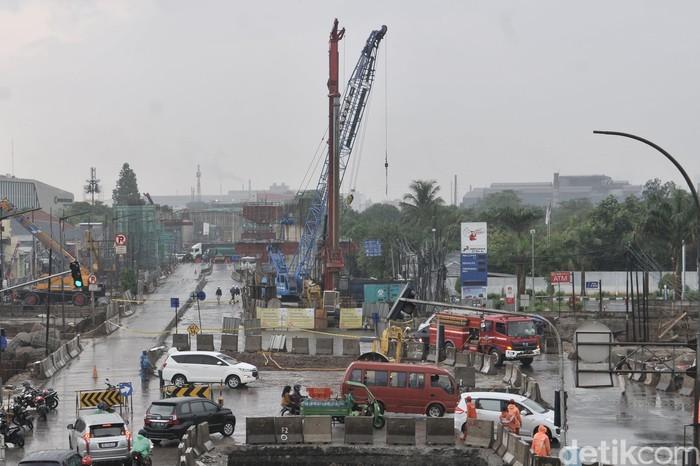 Pipa gas Perusahaan Gas Negara (PGN) di Jl Raya Bekasi, Cakung, Jakarta Timur mengalami kebocoran imbas pengeboran di lokasi proyek tol.