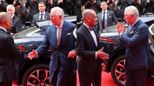 Awkward Moment! Saat Pangeran Charles Lupa Tak Boleh Salaman