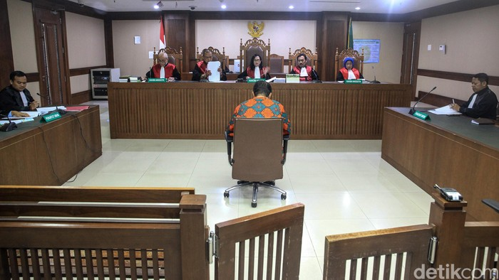 Pengadilan Tipikor Jakarta menjatuhkan hukuman 4 tahun 6 bulan terhadap Muhtar Ependy. Muhtar terbukti menjadi perantara suap untuk mantan Ketua MK Akil Mochtar.