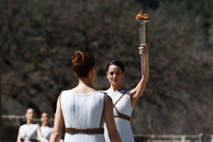 Seremoni penyalaan obor Olimpiade Tokyo di Kota Kuno Olympia digelar hari ini. Namun, gelaran tersebut dilakukan tanpa penonton imbas virus corona yang merebak.