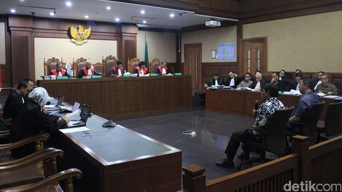 Emirsyah Satar dan Soetikno Soedarjo mengikuti sidang lanjutan kasus suap pengadaan pesawat dan mesin pesawat. Sidang mendengarkan keterangan para saksi.