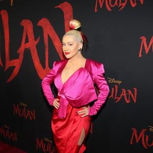 Pakai Boots Latex, Christina Aguilera Curi Atensi di Premier Mulan