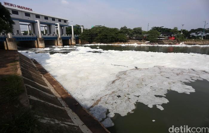 Warga beraktivitas di Pintu Air Kanal Banjir Timur Weir 3 Marunda, Jakarta Utara, Kamis (12/3/2020). Pintu air ini dipenuhi dengan busa berwarna putih. Hal ini terjadi diduga karena adanya pencemaran limbah domestik.