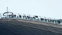 Marina Bay Observation Deck ramainya bukan main sebelum Singapura dihantam corona. Dari kejauhan saja, ramainya sudah seperti ini. (AFP)