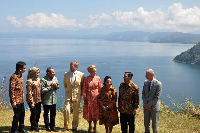 Raja Belanda Willem Alexander bersama Ratu Maxima Zorreguieta Cerruti sempat berkunjung ke Danau Toba untuk melihat keindahan panorama di kawasan tersebut.
