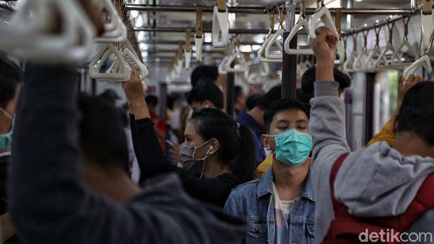 Rute KRL Jakarta-Bogor jadi perhatian usai Gubernur Jakarta Anies Baswedan akui jalur itu riskan corona. Meski begitu KRL rute itu masih ramai digunakan warga.