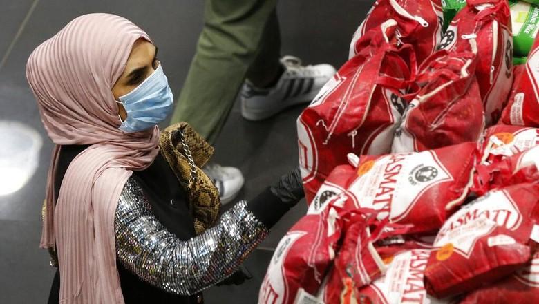 Belum lama ini Kementerian Kesehatan Lebanon umumkan kasus kematian pertama imbas virus corona. Warga serbu supermarket guna borong produk persediaan di rumah.