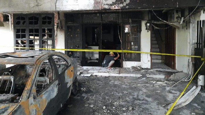 Penampakan mobil yang diduga dilempar molotov