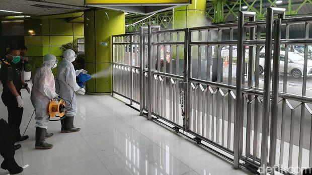 Disinfeksi di Stasiun Gambir.