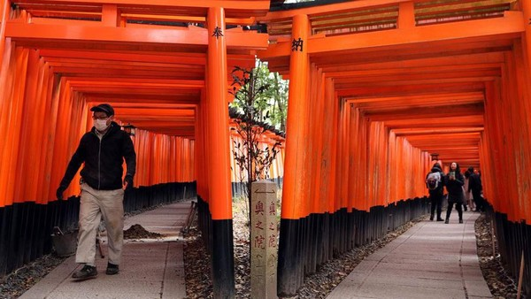 Tapi sekarang, Fushimi Inari Taisha sunyi senyap. Hanya beberapa orang wisatawan lokal saja yang berkunjung ke sana. (Getty Images)