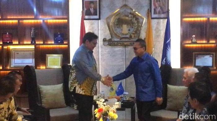 Ketum PAN Zulkifli Hasan didampingi Soetrisno Bachir-Hatta Rajasa saat mengunjungi DPP Golkar (Rahel Narda/detikcom)