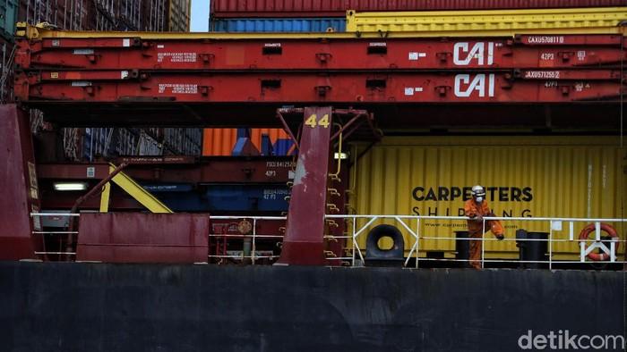 Awak Kapal Carpenters Sirius Singapore diperiksa petugas kesehatan pelabuhan sebelumnya bersandar di Pelabuhan Tanjung Priok, Jakarta. Hal ini untuk mencegah corona.