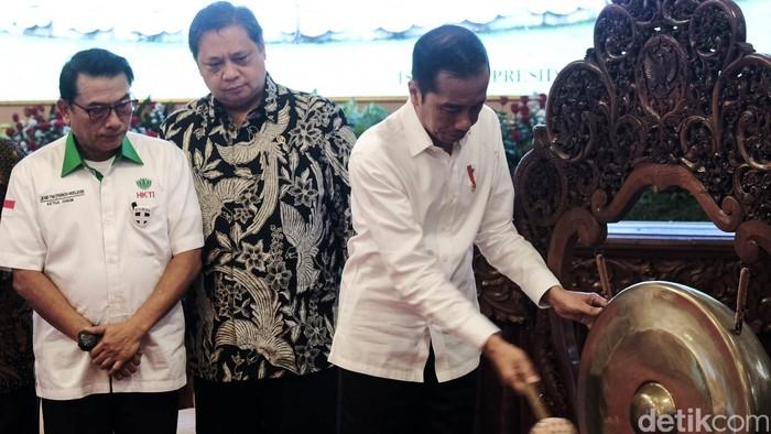 Presiden Joko Widodo (Jokowi) membuka musyawarah nasional IX Himpunan Kerukunan Tani Indonesia (HKTI) di Istana Negara, Jakarta, Kamis (12/3/2020). Jokowi cerita minum jamu 3 kali sehari karena ada wabah virus Corona.