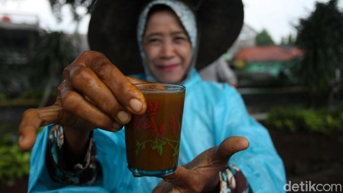 Wabah virus corona membuat warga lebih memperhatikan kesehatan diri untuk menangkal virus tersebut. Salah satunya dengan meminum jamu tradisional.