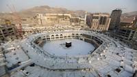 Namun sejak mewabahnya Corona, Kerajaan Arab Saudi memutuskan untuk melarang umroh. Akibatnya, Kakbah pun sempat sepi. (AFP)