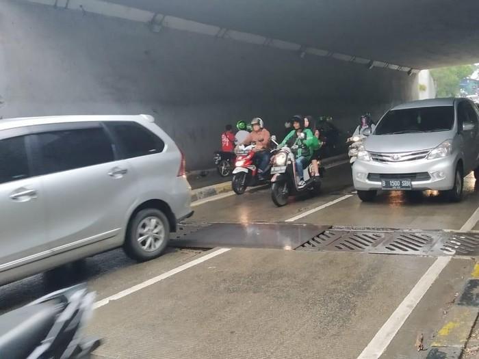 Kondisi Jalan di Undepass Mampang yang Amblas Ditutup Pelat Besi