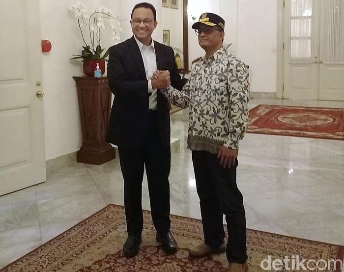 Gubernur Jakarta Anies Baswedan bertemu dengan pria yang memiliki wajah mirip dengannya. Pria itu adalah Wasil Afin, seorang penjual nasi goreng dari Wonosobo.