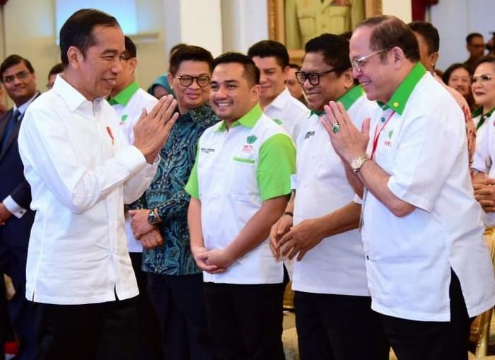 Momen ini terjadi seusai pembukaan Munas IX HKTI di Istana Negara. Jokowi terlihat melakukan salam namaste kepada tamu hadirin. Istimewa/Dok. Biro Pers Setpres.