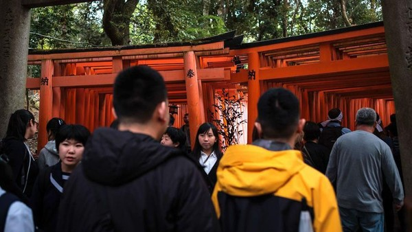 Siapa yang tidak kenal dengan Fushimi Inari Taisha? Jika sedang ramai, untuk sekedar berfoto saja traveler harus rebutan dengan turis lainnya. (Getty Images)