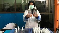 Kelangkaan hand sanitizer akibat virus corona COVID-19 tak cukup hanya diratapi. Jika dibutuhkan, ada banyak cara membuat hand sanitizer sendiri.