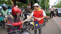 Brantas Abipraya Bagikan Masker Gratis ke Pengguna Jalan di Cawang