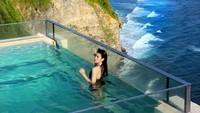 Tak lengkap liburan di Bali tanpa berendam di kolam Infinity Pool. Zahra pun juga melakukannya di Bali(@zahramell/Instagram)