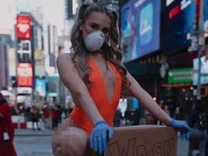 Aksi Model Pakai Baju Renang di Publik Cegah Virus Corona Jadi Sensasi