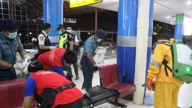 Cegah Virus Corona, Bandara Sam Ratulangi Manado Disemprot Disinfektan