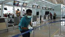 Cegah Corona, Petugas Ngelap Bagian-bagian Mudah Disentuh di Bandara