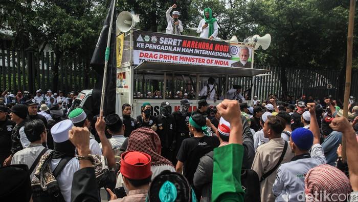 Aksi unjuk rasa PA 212-FPI masih berlangsung di depan Kedubes India. Aksi ini merupakan bentuk solidaritas massa terhadap muslim di India.