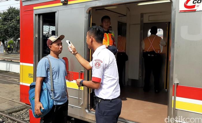 Beragam upaya cegah corona dilakukan pihak Stasiun Bogor. Di antanya periksa suhu tubuh penumpang hingga sediakan fasilitas antiseptik gratis di sejumlah area.